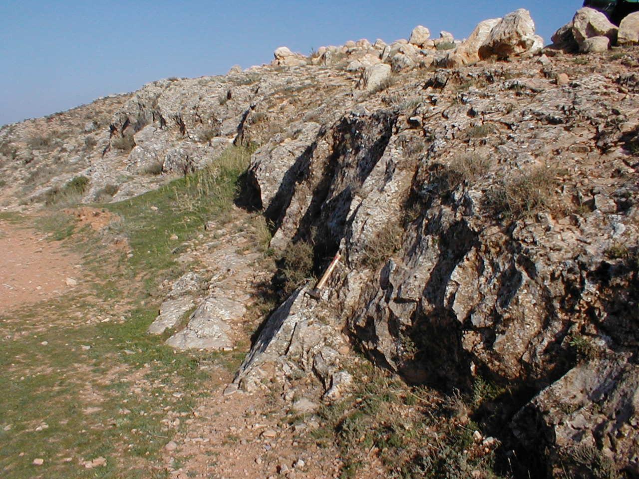 Aufschluss im Suevit bei Cucalón mit Plattenklüftung